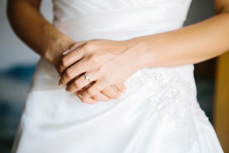 dettaglio mani anello sposa