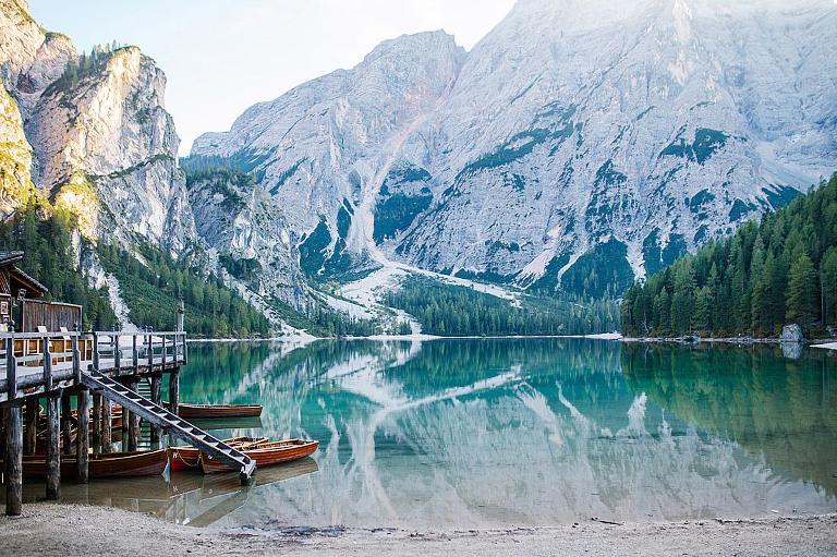 lago di braies laghi delle Dolomiti in Alto Adigefoto Engagement Fotografia