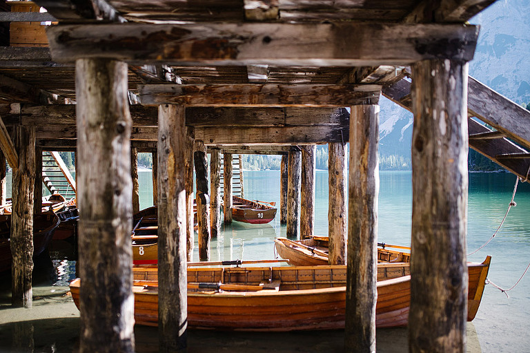 barche al lago di braies laghi delle Dolomiti in Alto Adige