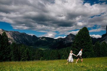 ritratto sposi al tramonto matrimonio in montagna rifugio delle odle